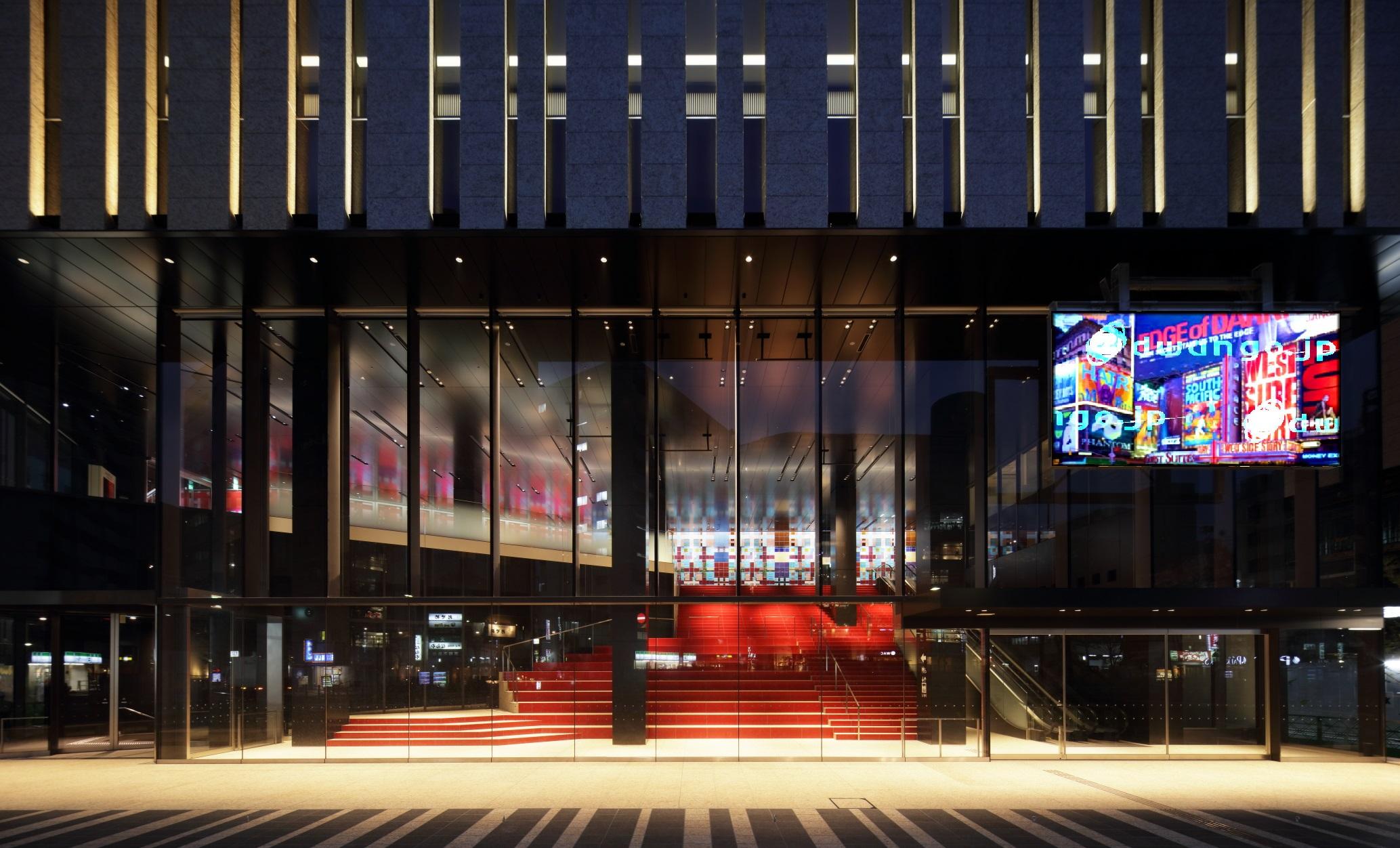 東京建物-Brillia-HALL正面入口からみた250インチLEDビジョン