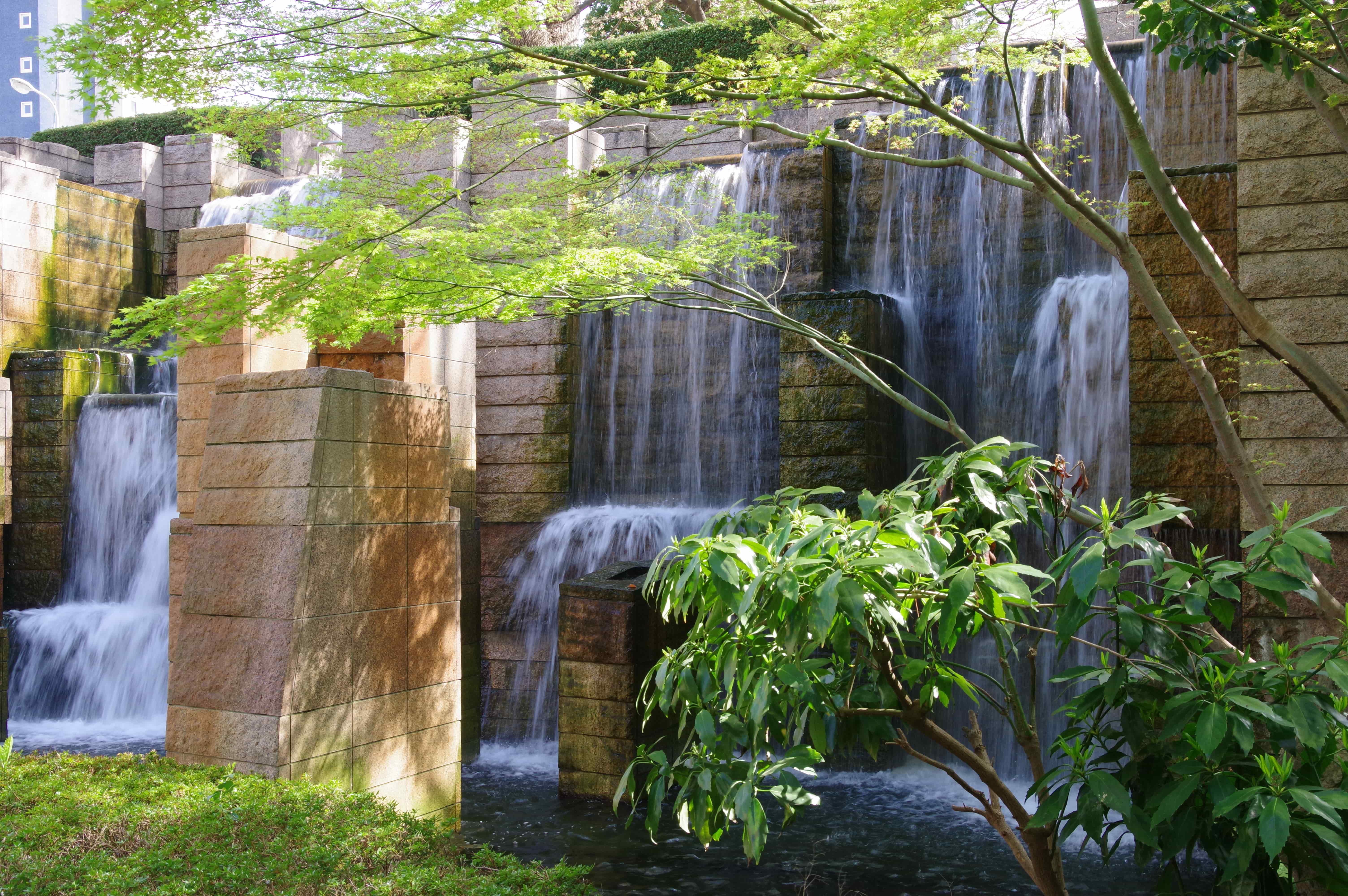 御殿山ガーデン人工の滝-min